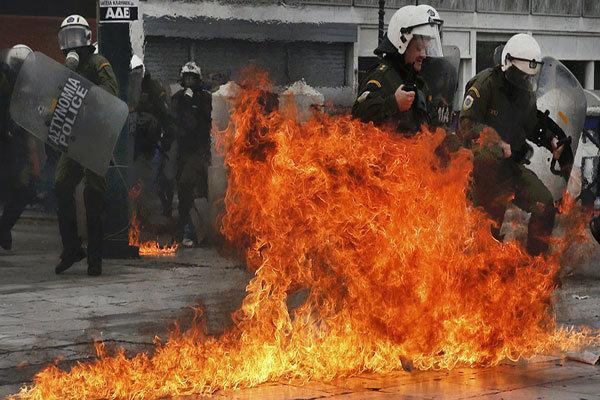 پلیس یونان با دانشجویان معترض در آتن درگیر شد