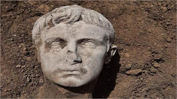 کشف مجسمه نیم تنه نخستین امپراطور روم باستان